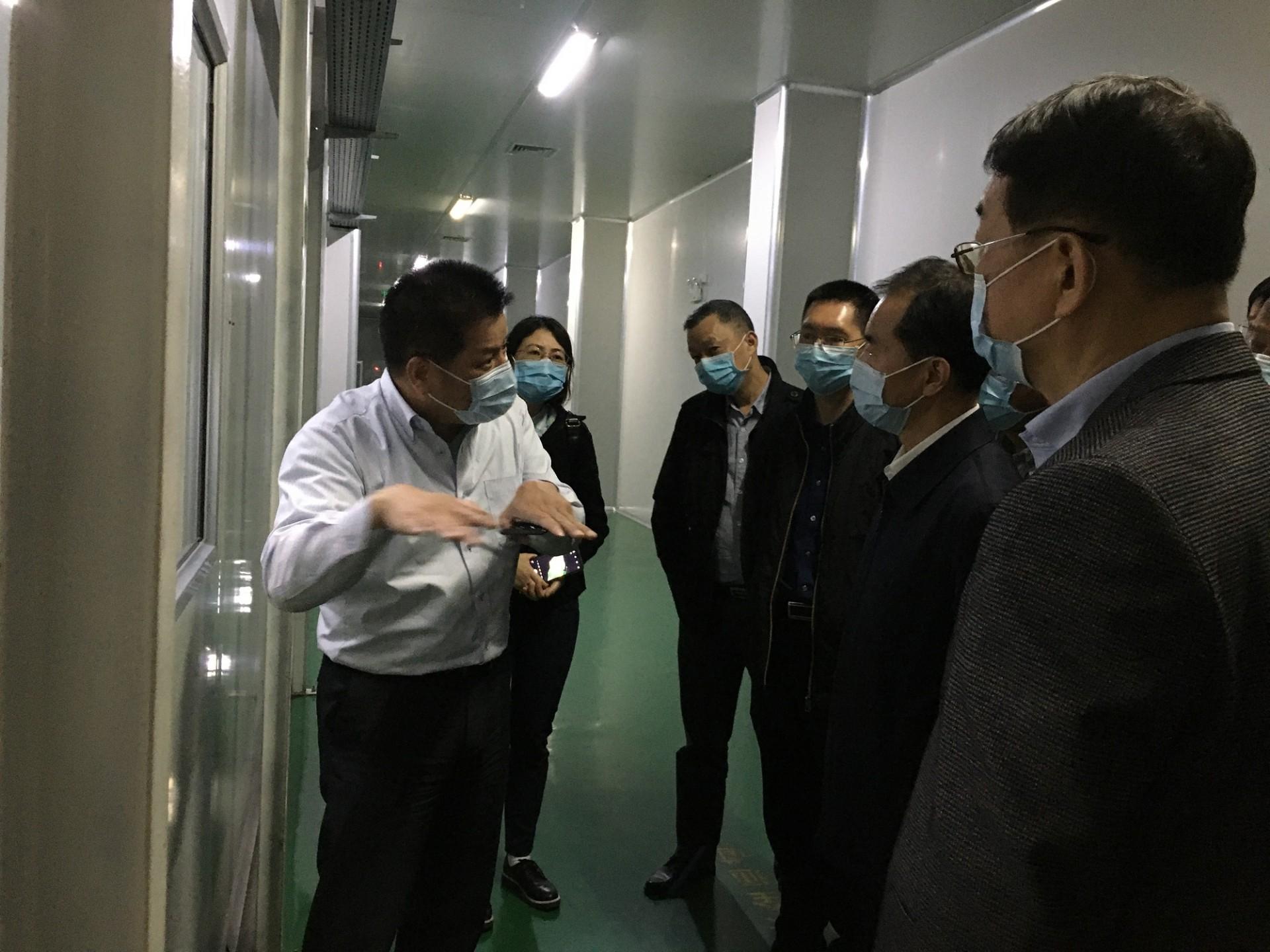 四(si)川(chuan)省政協副主(zhu)席(xi)陳放博士率隊來到龍華薄膜調研